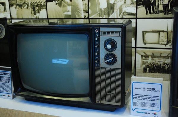 1958年1月,天津无线电厂试制出中国第一台黑白电视机北京牌820型35CM电子管黑白电视机,并于3月17日实地接收信号试验成功。 我国自解放到1958年前没有电视广播。为向国外看齐,1957年国家决定发展电视广播业。老一辈的电视人安永成回忆说:当时的电子工业主管部门第二机械工业部第十局把研制电视发射中心设备的任务交给了北京广播器材厂,把研制电视接收机的任务交给了国营天津无线电厂。